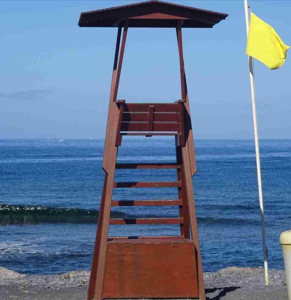 Gele Vlag op het strand van La Caleta
