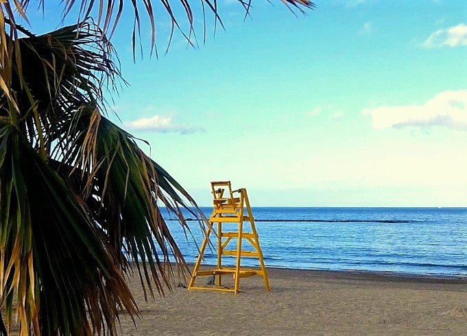 Zon, zee en & strand: strandwachtstoel op strand
